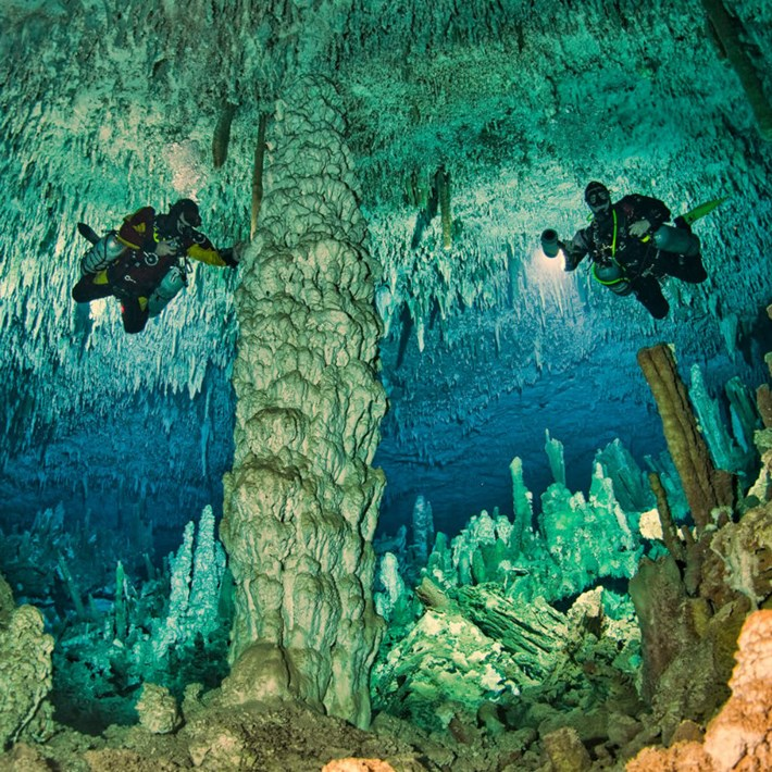Divers_blue_hole_2017_02_27.jpg