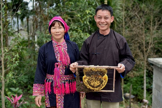 Li-Wenyong-his-wife-and-their-beehives_2020-11-11.jpg